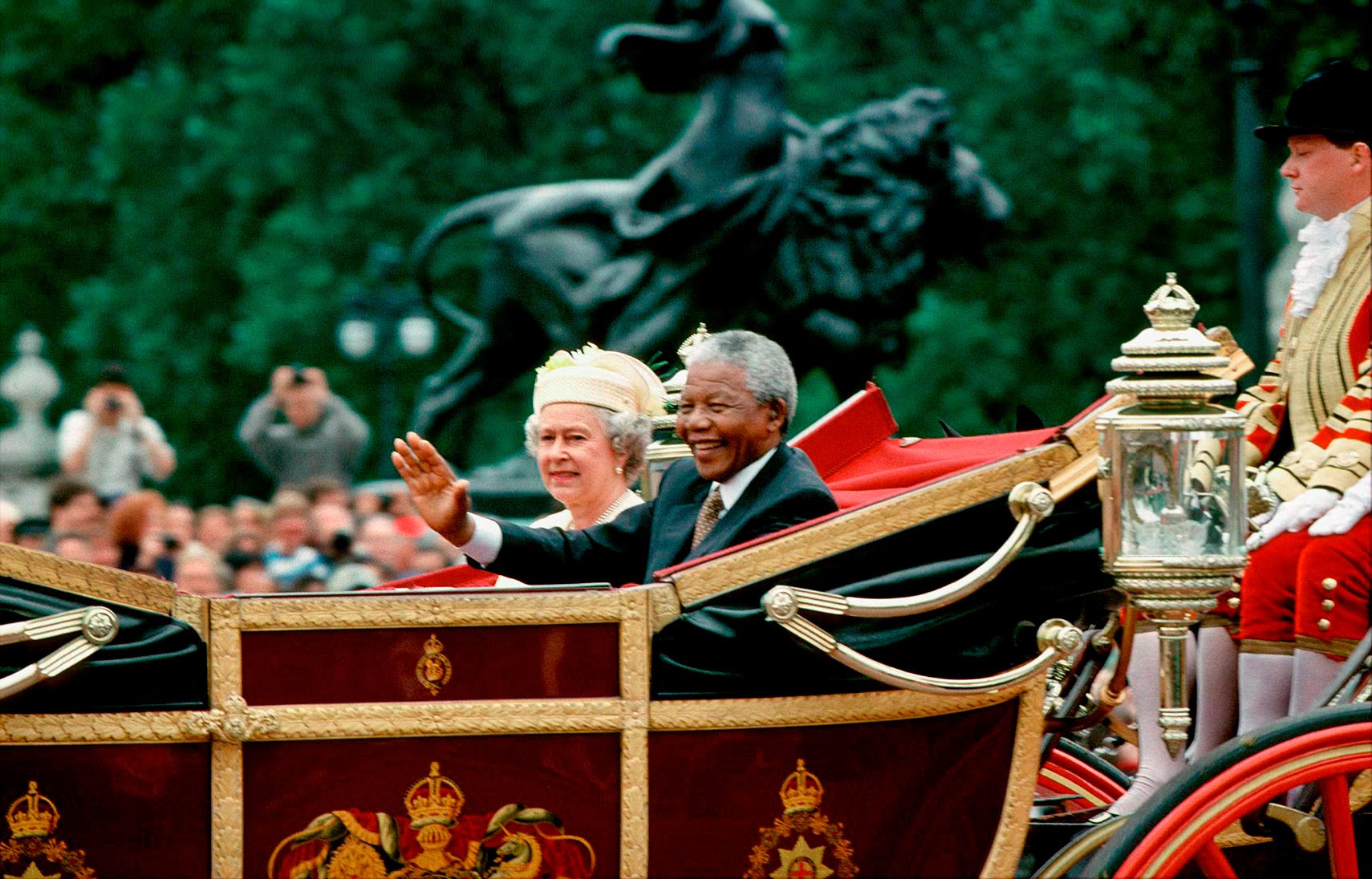 Queen Elizabeth and Pres. Nelson Mandela outside Buckingham Palace